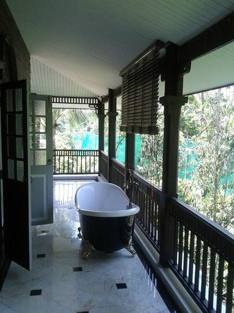 Marndadee Heritage River Village: une jolie baignoire sur le balcon