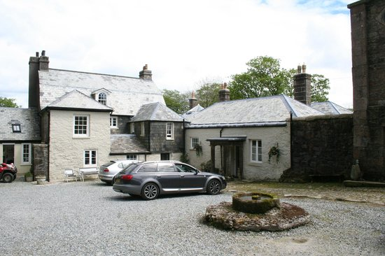 Tor Royal Bed & Breakfast: Ample parking in courtyard