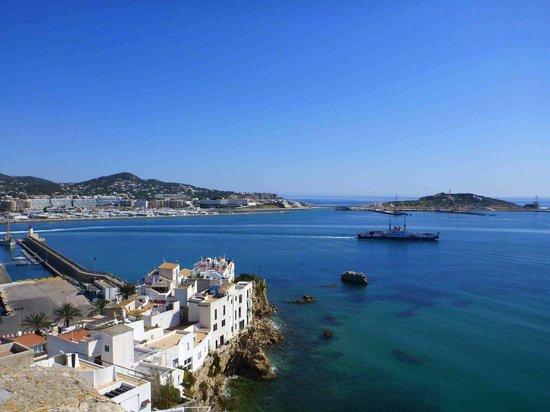 Dalt Vila : вид  на бухту со стены крепости