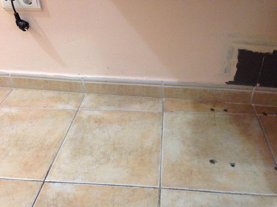 Queens Hotel : Unswept Floor