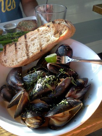 Blue Plate Oysterette: Mussels in a spicy curry sauce