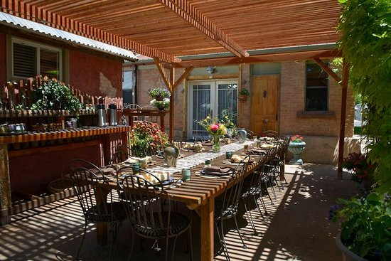 Cali Cochitta Bed & Breakfast: Breakfast in the morning under the pergola