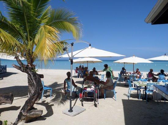 Negril Tree House Resort : Breakfast on the beach