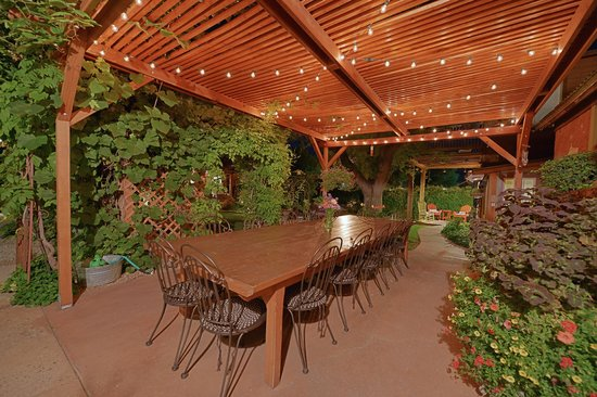 Cali Cochitta Bed & Breakfast: Evening cocktails under the pergola with lights for ambiance