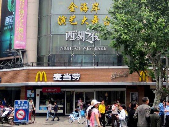 New Dongpo Hotel: 3 金海岸演芸大舞台の看板