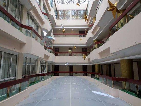 New Dongpo Hotel: 6 食堂の上の吹き抜け空間
