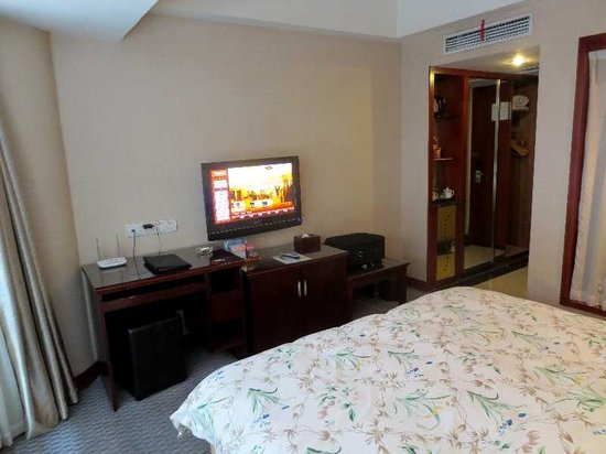 New Dongpo Hotel: 7 ダブルベッド部屋(ドア側)