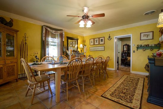 Cali Cochitta Bed & Breakfast: Inside Dining room