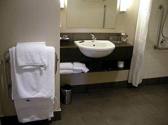 Bolton Hotel Wellington: Accessible bathroom