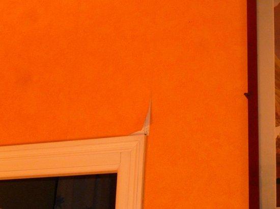La Mere Poulard: La pintura despegada, indica mala conservación