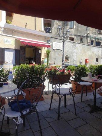 Albergo Il Castello: Piazza in Castellabate, wunderbar hier den ersten Espresso des Tages zu trinken.
