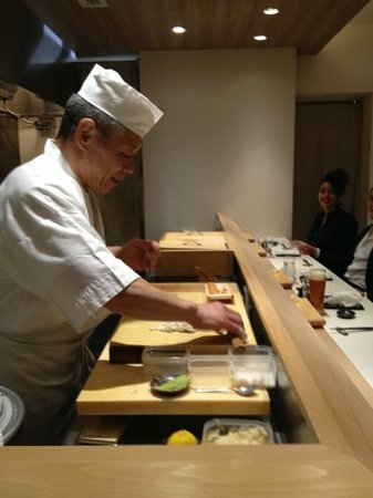 Sushi Bar Yasuda: Yasuda working happily