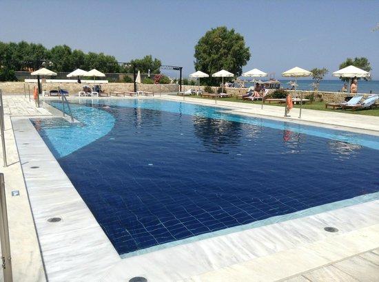 Kosta Mare Palace Hotel : Eén van de twee zwembaden