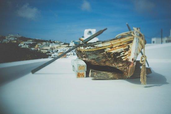 White Santorini Suites & SPA: вид на Имеровигли и отель