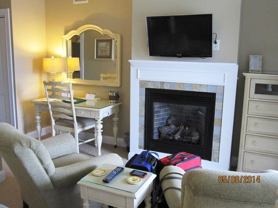 Inn at Harbor Hill Marina: room fireplace