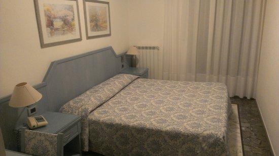 Hotel Ariston: Кровать