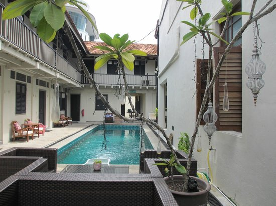 Noordin Mews: Pool during the day