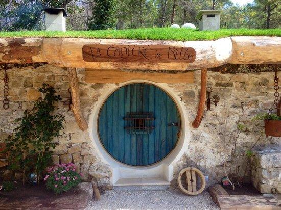 Porte de la maison des hobbit picture of les cabanes du for Porte hobbit