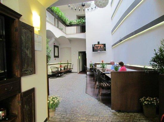 Hotel Residence Agnes: Center courtyard