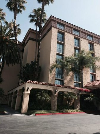 Embassy Suites by Hilton Arcadia Pasadena Area: Sunny and bright