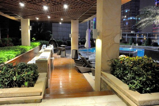DoubleTree by Hilton Guangzhou: Outdoor pool area on 8th floor - beautiful!