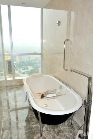 DoubleTree by Hilton Guangzhou: Great bath in this suit