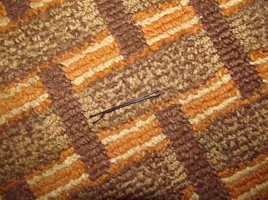 Knights Inn Glen Allen VA: Bobby pins in the carpet