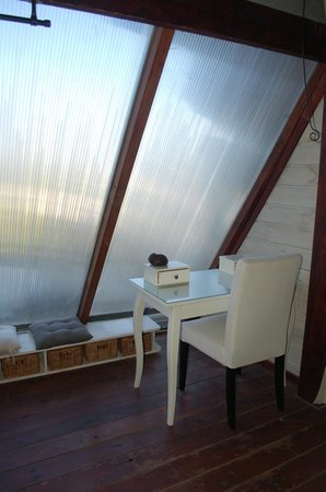 Les Troglos de Beaulieu : Daylight wall in upstairs bedroom