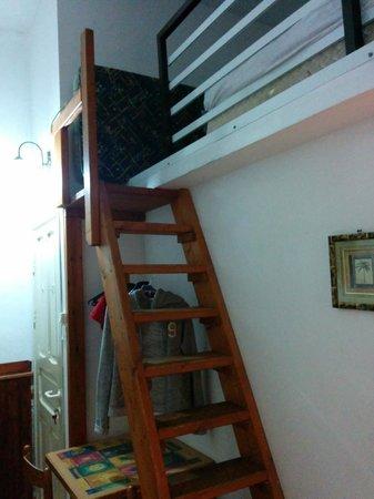 Allenby Bed & Breakfast : Acesso ao sótão, que tem um colchão de casal, ótimo para casal com filhos