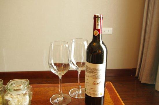 Essence Hanoi Hotel & Spa: Wine in room