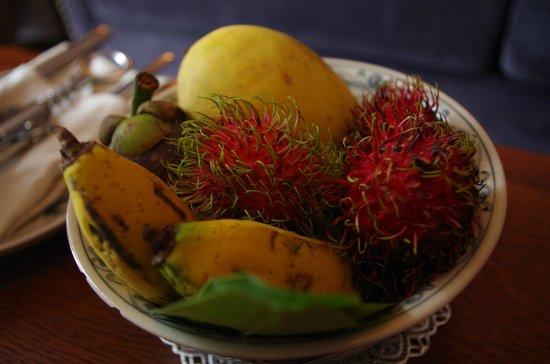 Essence Hanoi Hotel & Spa: Fresh fruit in room