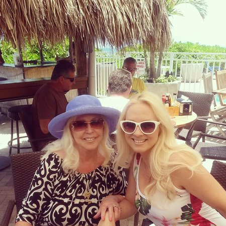Ocean Manor Resort Hotel: Had a lovely day with Mom having lunch by the beach at Ocean Manor Tiki Bar Restaurant.
