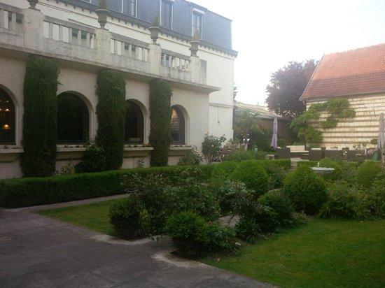 Le Macassar: courtyard