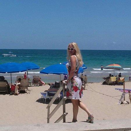 Ocean Manor Resort Hotel: I think this is one of the best beach restaurants in fort Lauderdale. The resort has been update