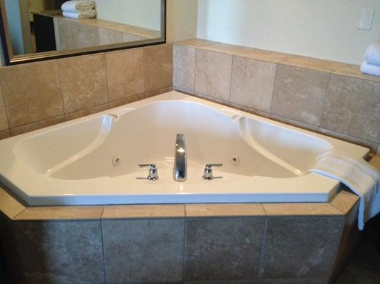 GreenTree Inn & Suites Florence: Jacuzzi Tub - Separate from Main Bathroom