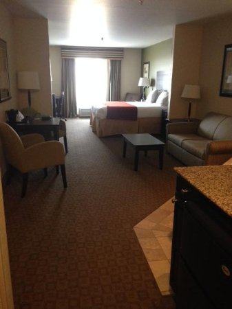 GreenTree Inn & Suites Florence: King Jacuzzi Suite - Overall Layout