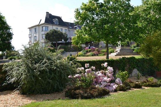 Hotel le Castel : VUE DE LA PELOUSE VILLAGE BRISSAC