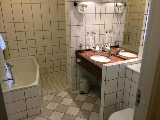 Best Western Hotel Knudsens Gaard : Institutional bathroom