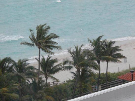 Fontainebleau Miami Beach: Vista de la playa desde nuestra habitacion