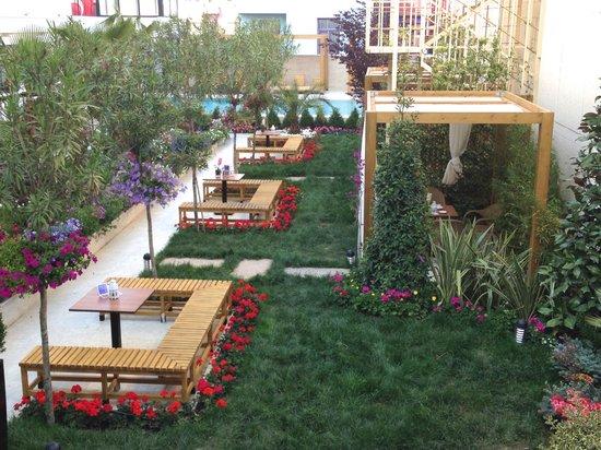Sura Design Hotel & Suites: Vue coté jardin et piscine
