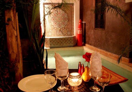 Riad La Porte Rouge : eten in de patio