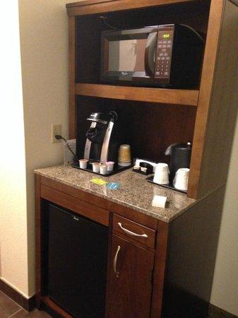 Hilton Garden Inn Boca Raton : Mini fridge/bar area