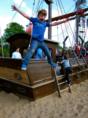 Diana Princess of Wales Memorial Playground: jumping from the pirate ship!
