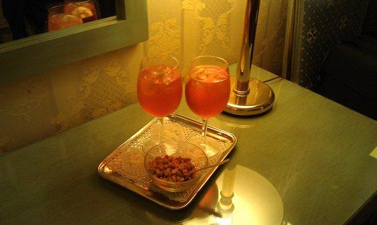 Locanda La Corte: Leckere Aperol Sprizz auf dem Zimmer