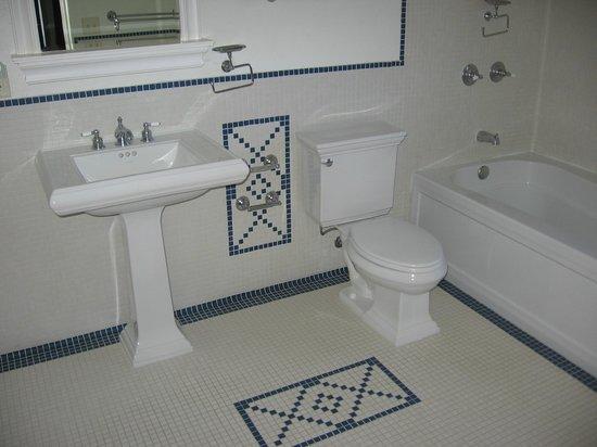 Bear Mountain Lodge: Guest bath