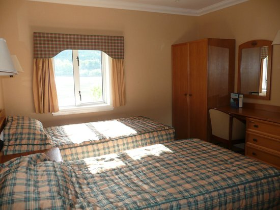 Loch Long Hotel: our bedroom