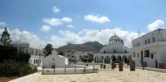 Naxos Town, Greece: Наксос,  собор и вхот в музей,расположенный под мостовой.