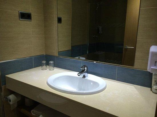 Hotel Caprici: ванная комната, фена нет, шампуня нет, только мыло