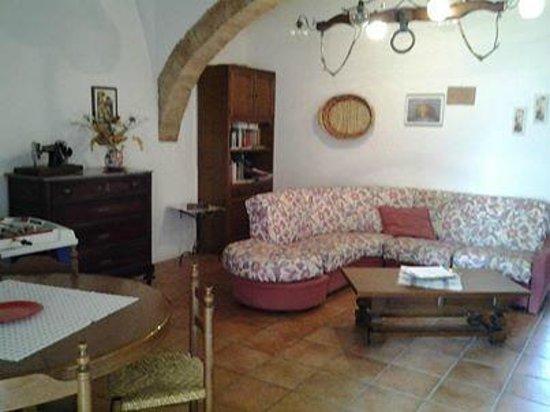 Agriturismo La Canonica: sala comune a disposizione degli ospiti con vendita diretta prodotti