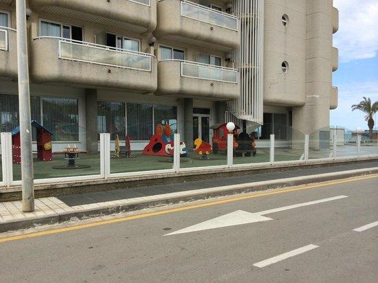 Hotel Caprici: Вид с дороги на отель